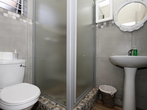 10 Embuia Inter-leading room bathroom